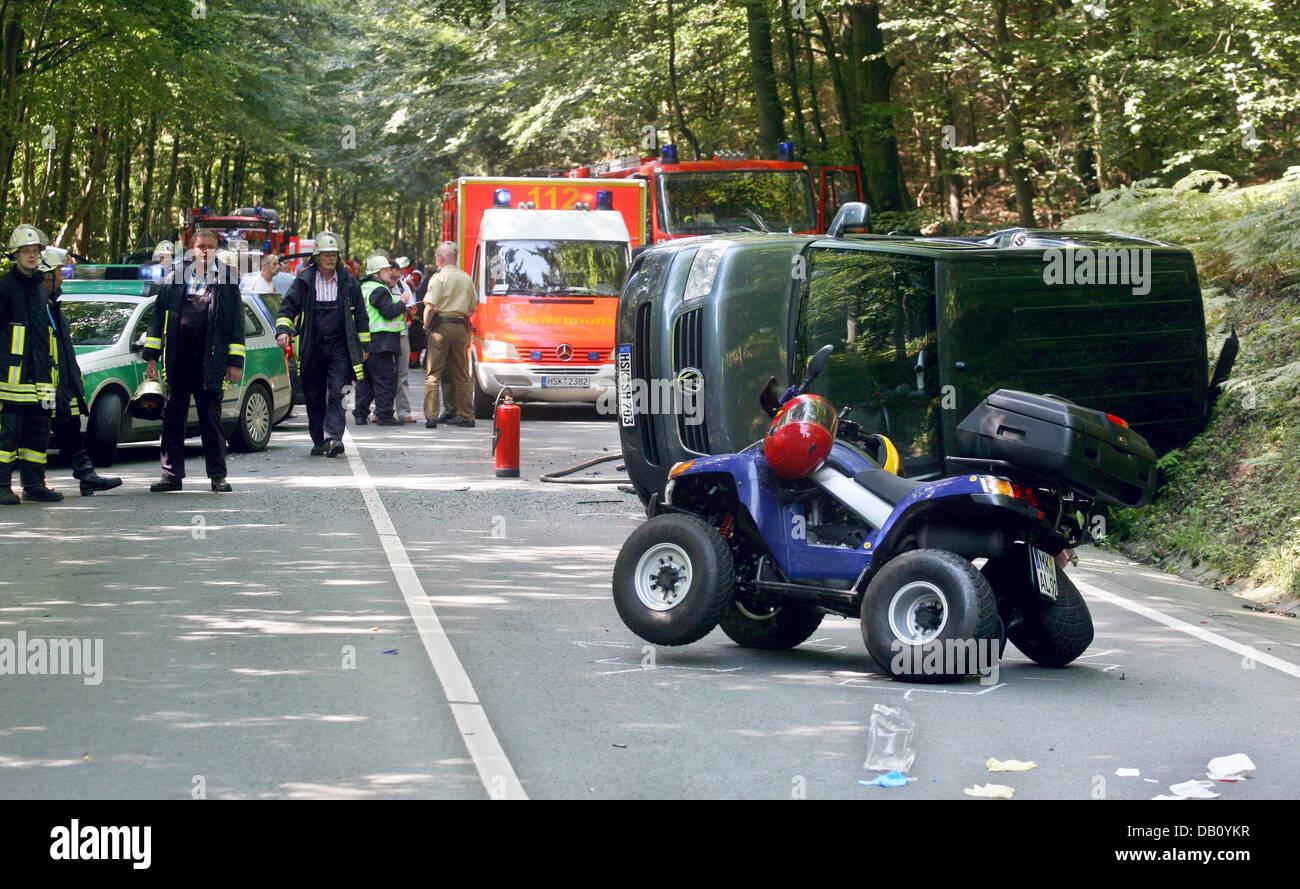 Notfall-Helfer sichern die Unfallstelle mit insgesamt vier ...