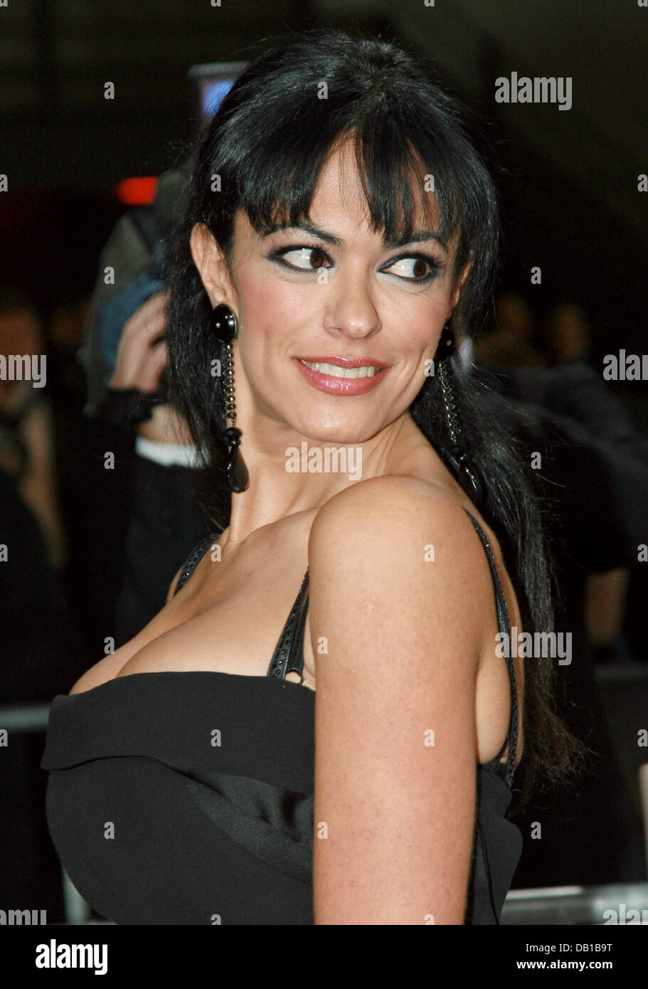 italienische schauspielerin maria grazia cucinotta posiert auf dem roten teppich als sie bei. Black Bedroom Furniture Sets. Home Design Ideas