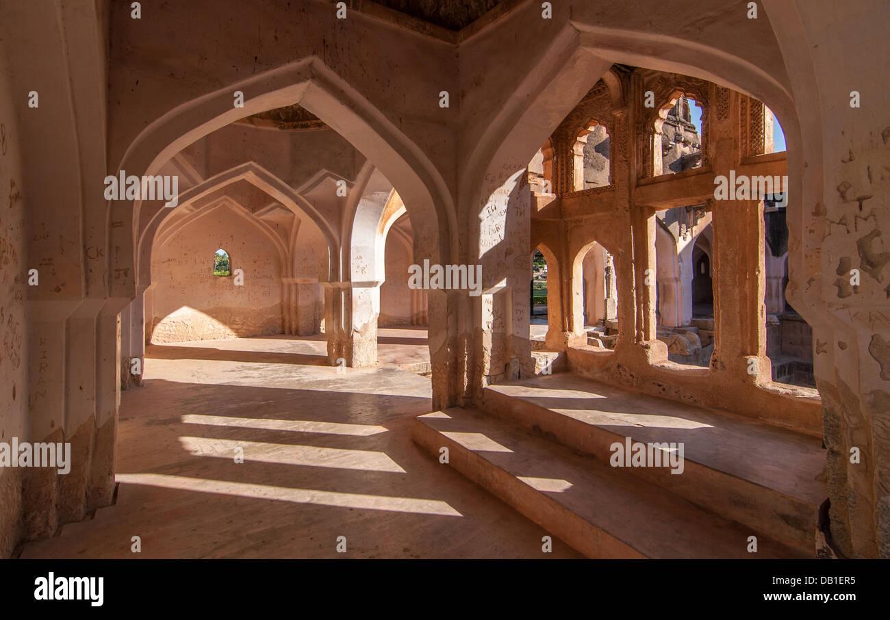 Symmetrische gewölbte Gänge im Queen es Bad, Hampi, Karnataka Stockbild