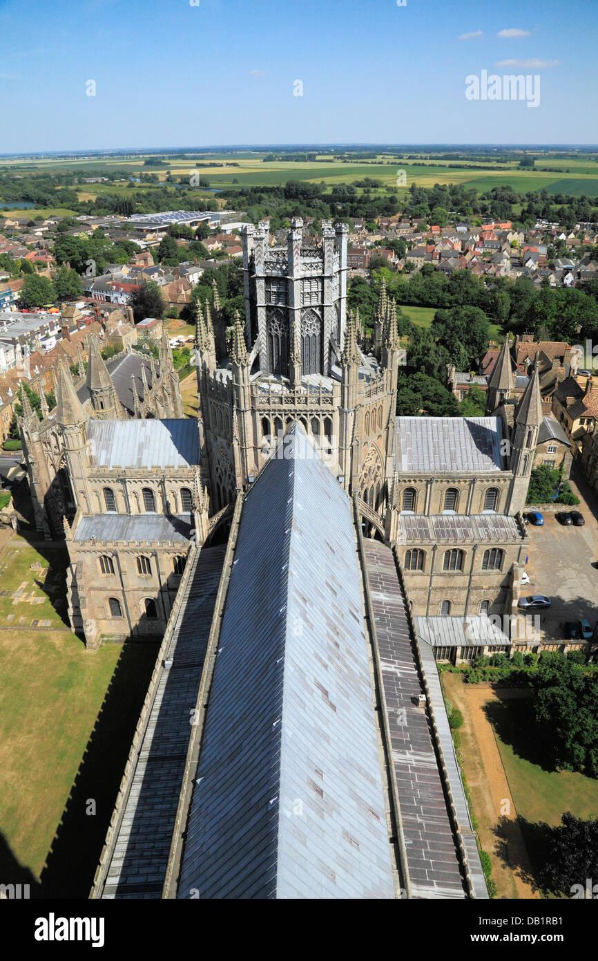 Ely Cathedral, Octagon Turm, Laterne Kirchenschiff Dach und Stadt, von Westturm, Cambridgeshire, England UK Englisch Stockbild