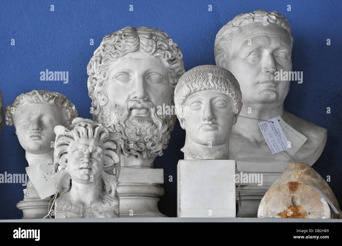 Antiquitäten Jena : Gipsabgüsse von büsten sitzen auf einem regal in der sammlung von