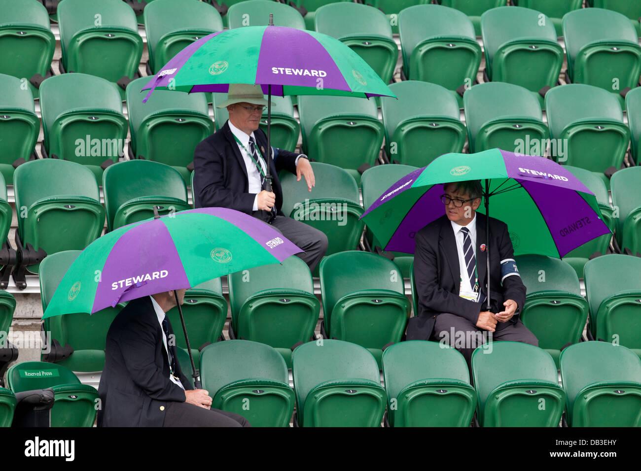 Ehrenamtlicher Verwalter unter Sonnenschirmen auf Court Nr. 2 während der Frauen Final The Meisterschaften Stockbild