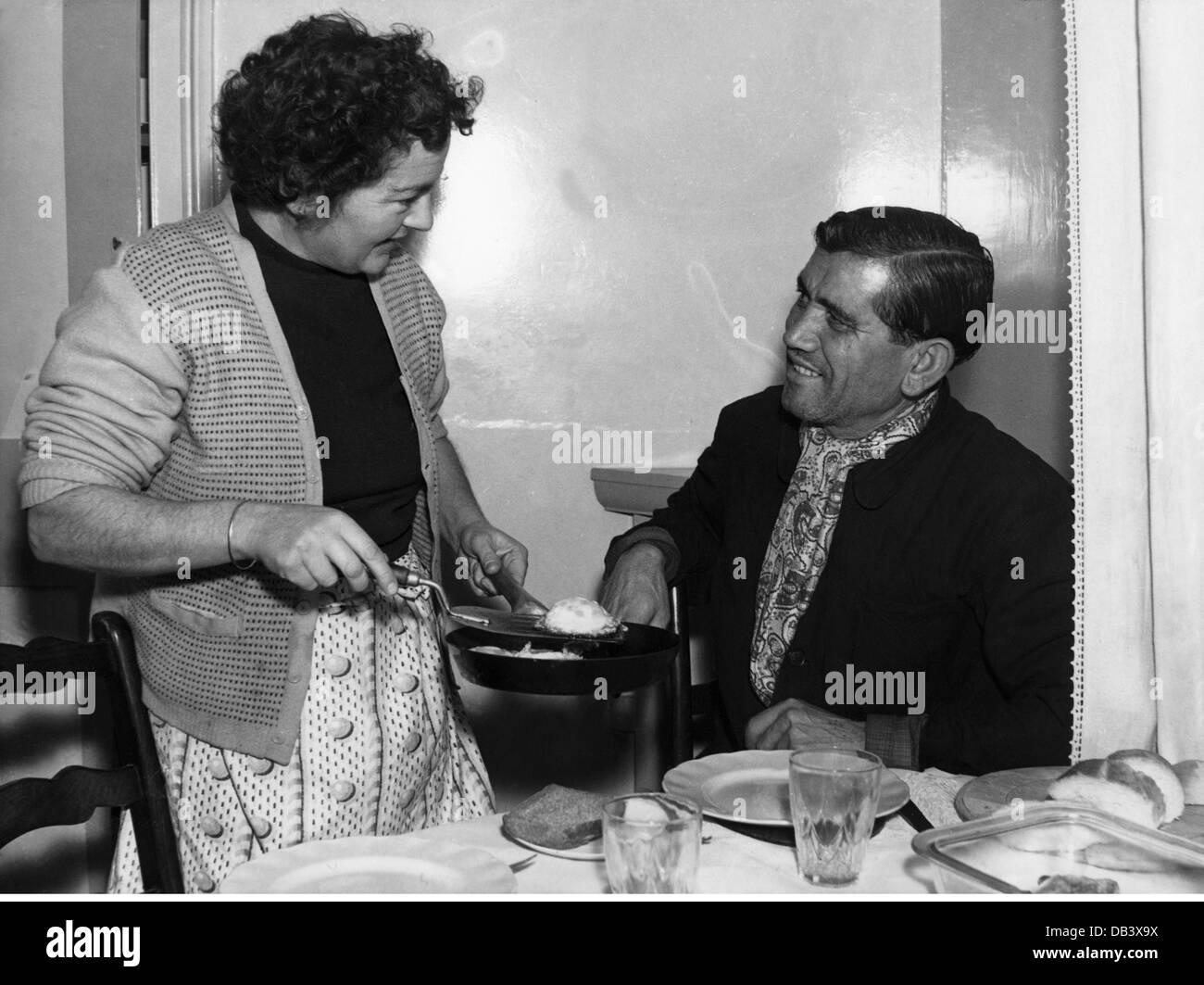 haushalt kochen und backen mit k che zu ihrem ehemann 1956 der 1950er jahre 50er jahre des 20. Black Bedroom Furniture Sets. Home Design Ideas