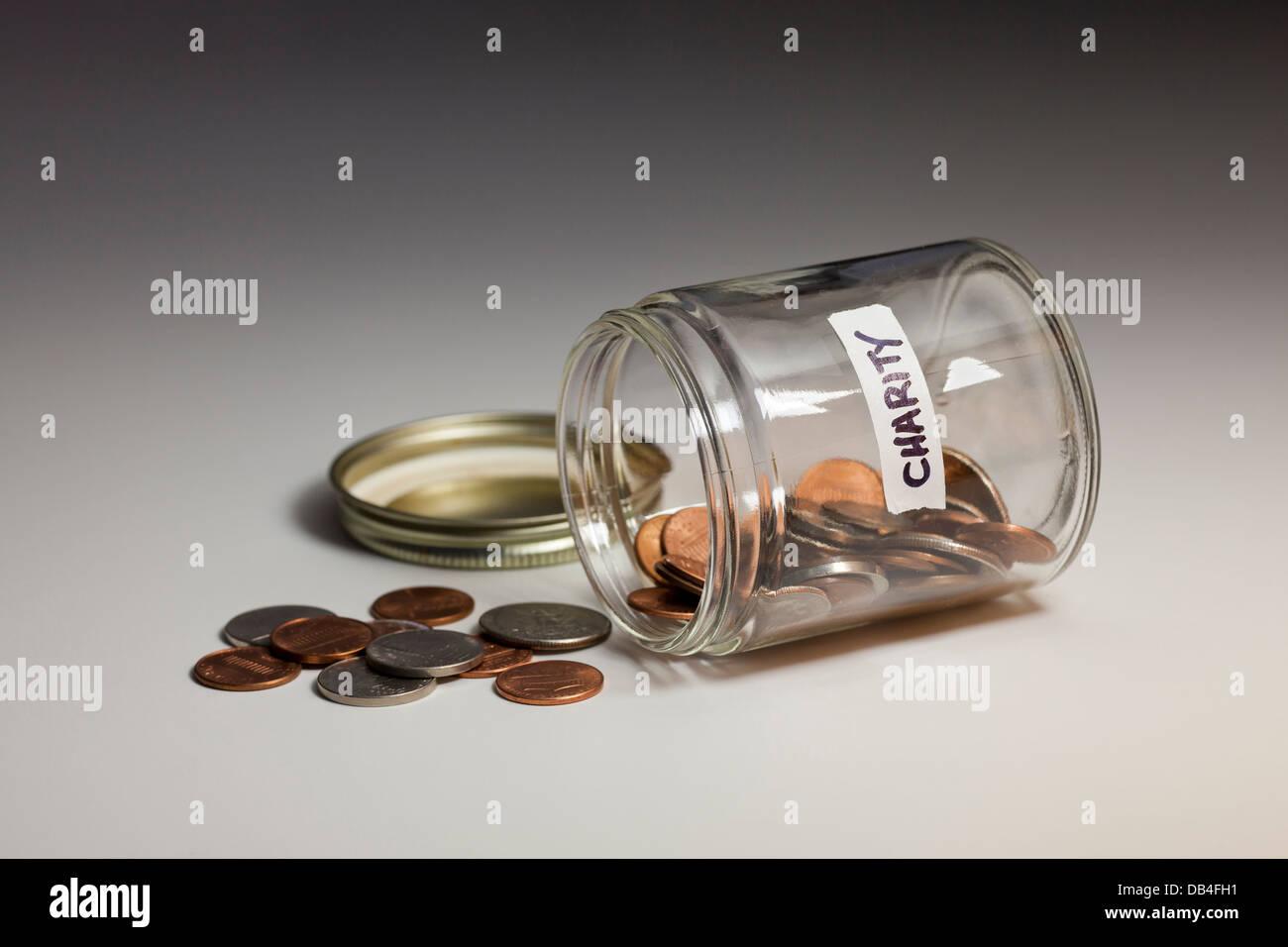 Verschüttete Glas von Münzen für einen guten Zweck - USA gespeichert Stockbild