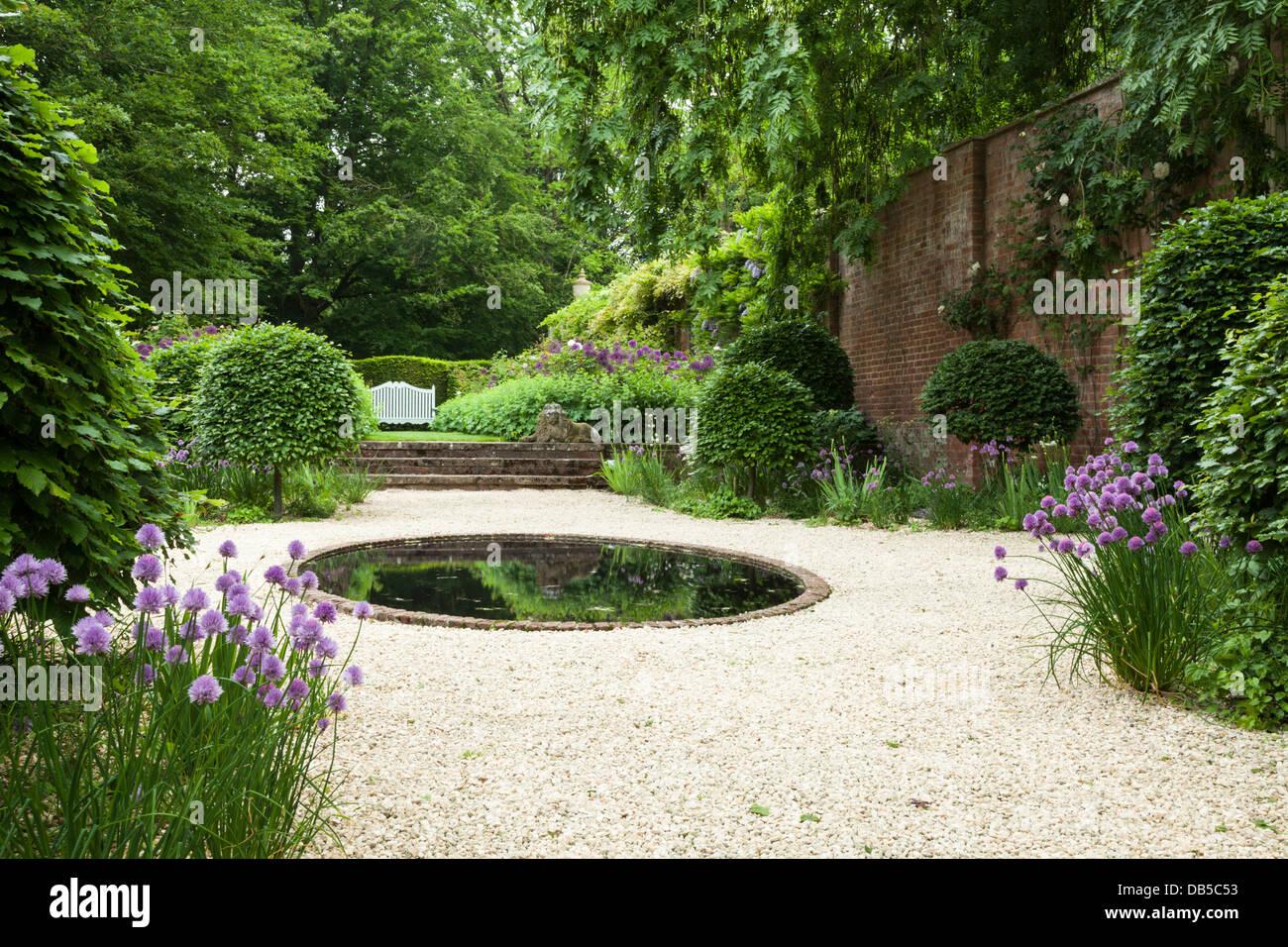 Moderne Garten Mit Dekorativen Schnittlauch, Abgeschnittene Toipiary Und  Sträucher Mit Einem Zentralen Kreisförmigen Pool, Cottesbrooke Hall, ...