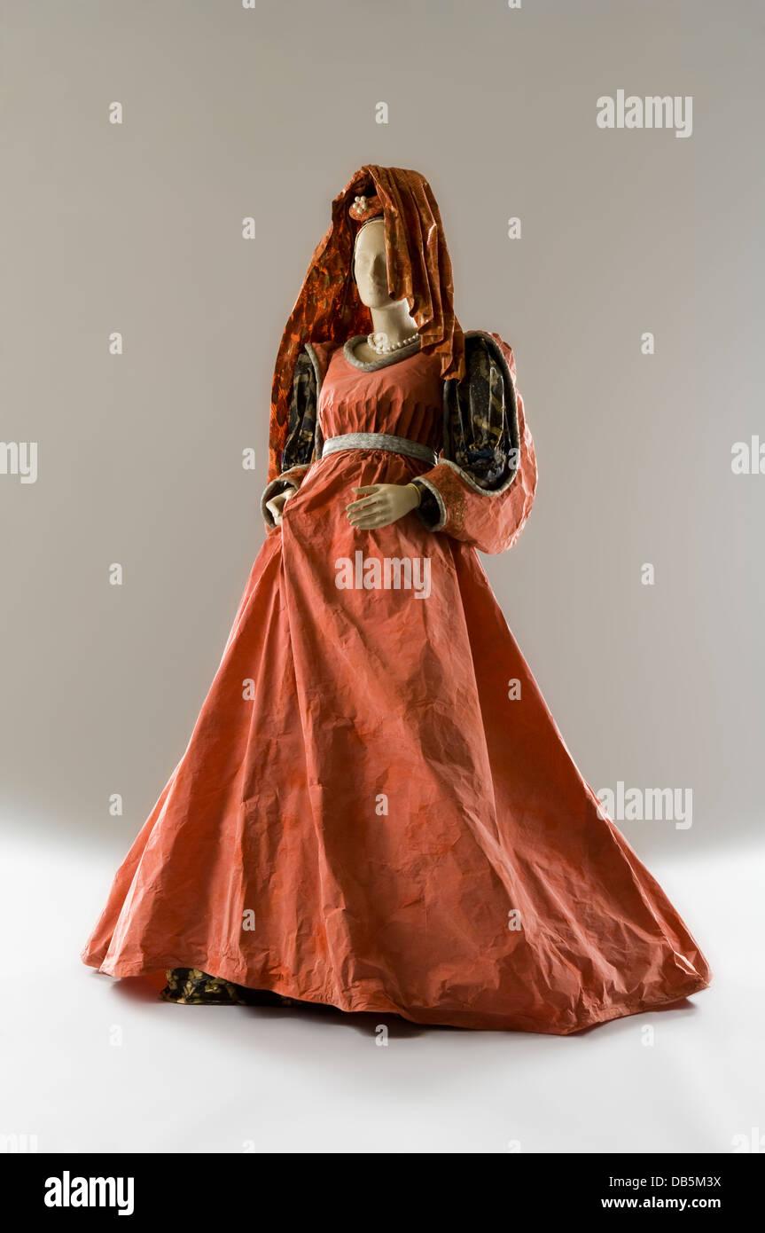 Schaufensterpuppe in theatralischen Papier Kleid Kostüm Stockbild