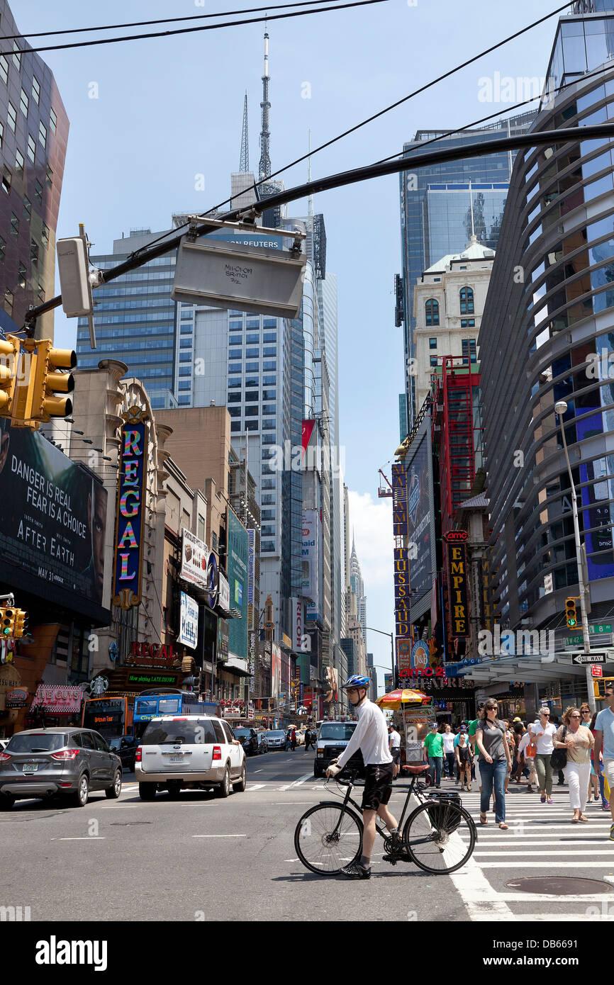 Straßenansicht des Überschreitens der 8. Av und 42 st. in New York City Stockbild