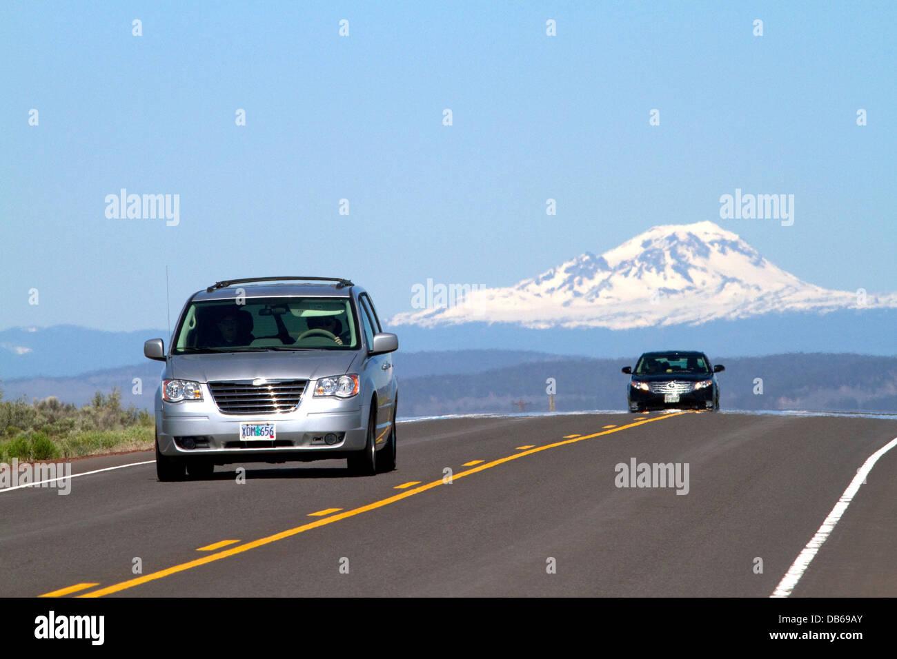 Autos fahren auf den U.S. Highway 20 östlich von Bend, Oregon, USA. Stockbild