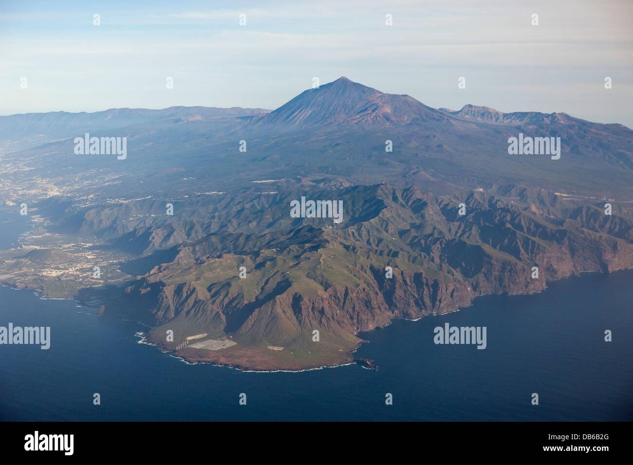 Luftaufnahme des Teno-Gebirge und Teide, Teneriffa, Kanarische Inseln, Spanien Stockbild