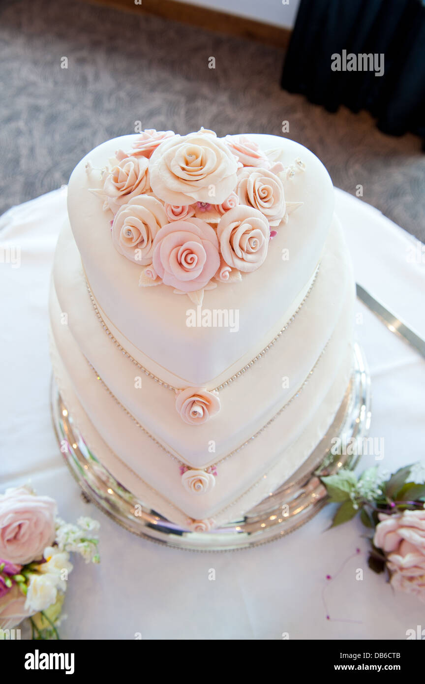 Eine Dreistufige Herz Geformt Hochzeitstorte In Schattierungen Von