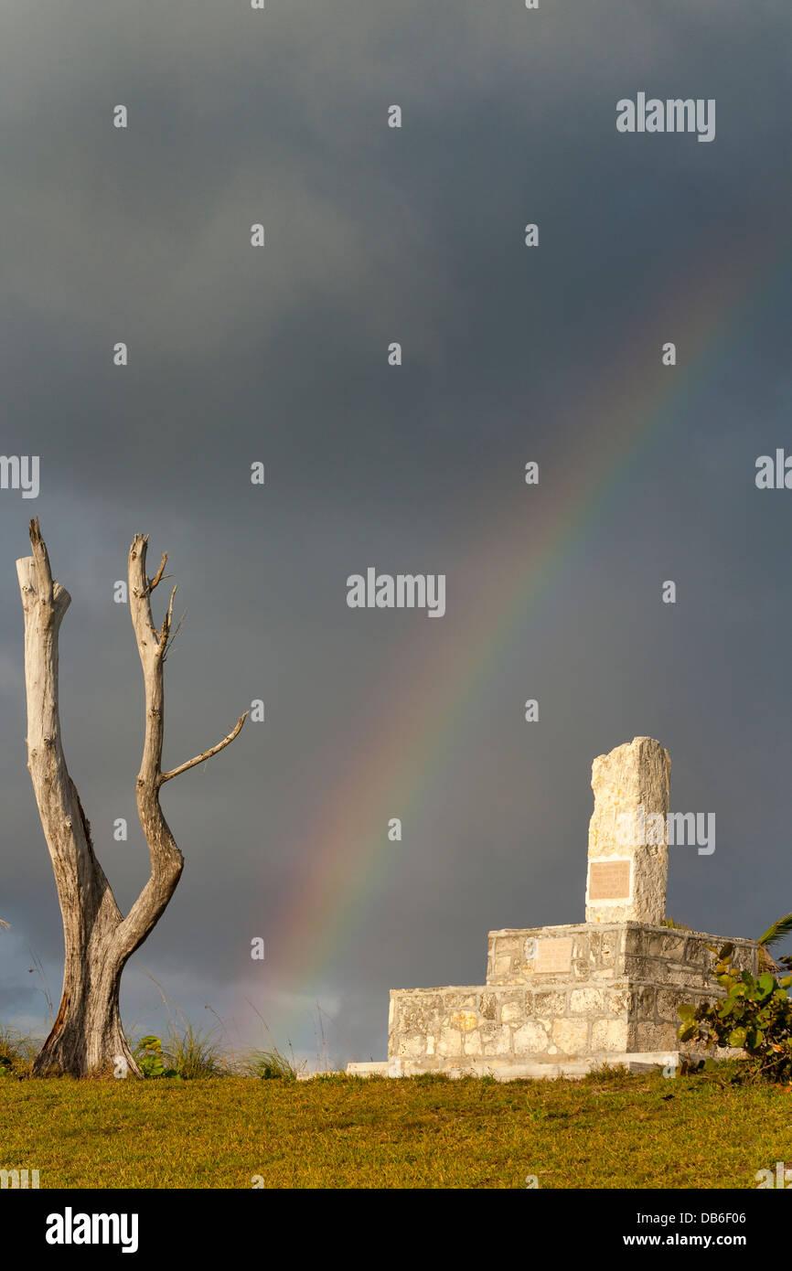 Verloren auf See Denkmal mit Regenbogen und toter Baum. Dieses Denkmal widmet sich die Seelen aus dem Elbow Cay Stockbild