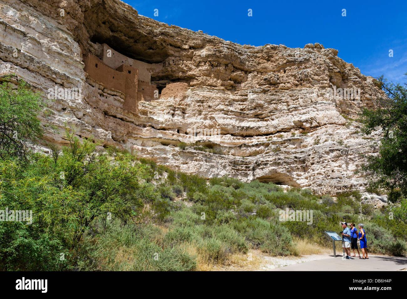 Touristen in Montezuma Castle National Monument, gut erhaltene Klippe Wohnung von den Sinagua nr Camp Verde, Arizona, Stockbild