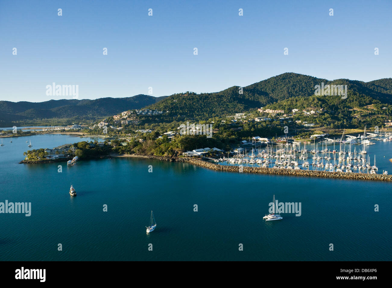 Luftbild von Abel Point Marina und Township von Airlie Beach, Whitsundays, Queensland, Australien Stockfoto