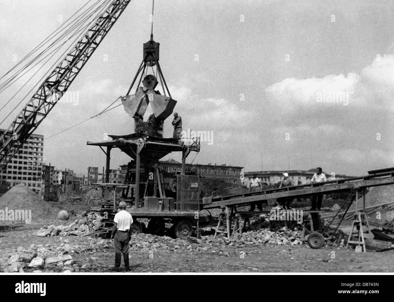 Post-Zeitraum Wiederaufbau nach dem Krieg Deutschland Entsorgung von Schutt Berlin 1950er Jahren Schutt Trümmern Stockbild
