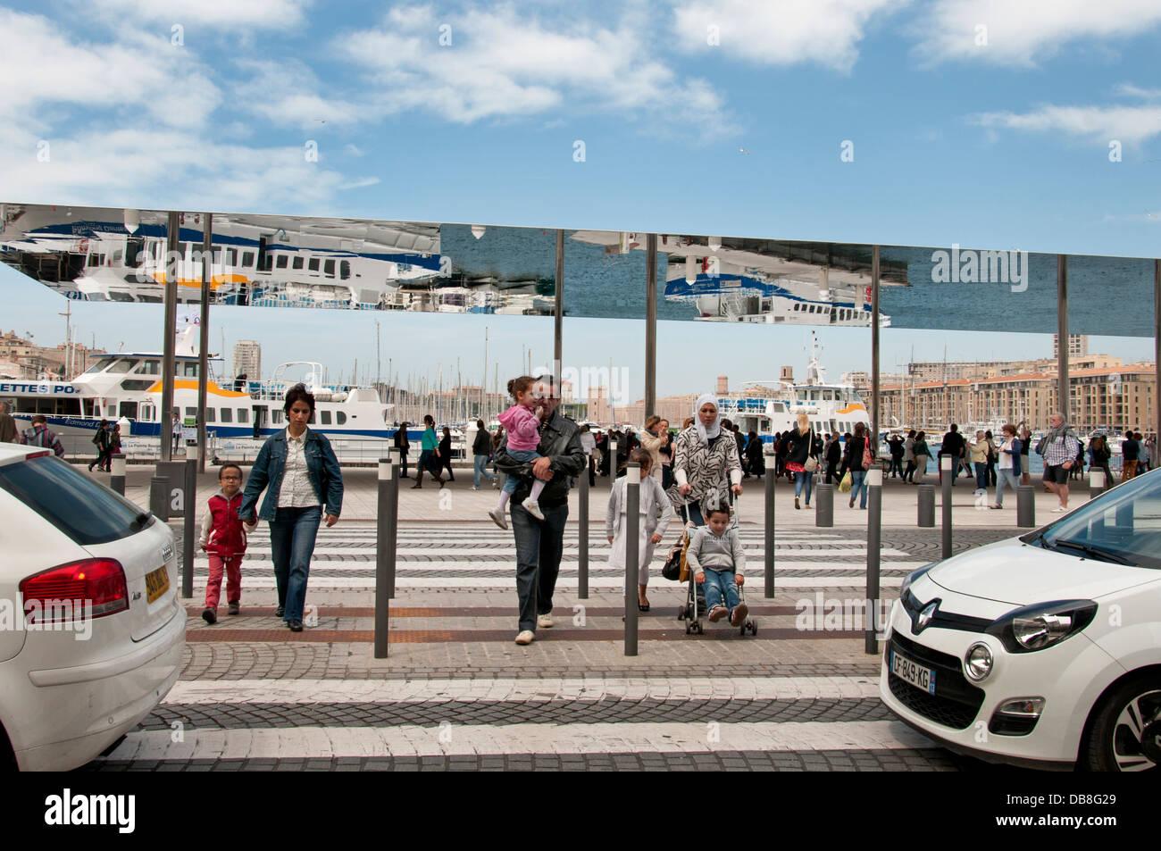 Reflexionen in Norman Foster Baldachin am Quai des Belges Altstadt Vieux Port Marseille Frankreich Stockbild