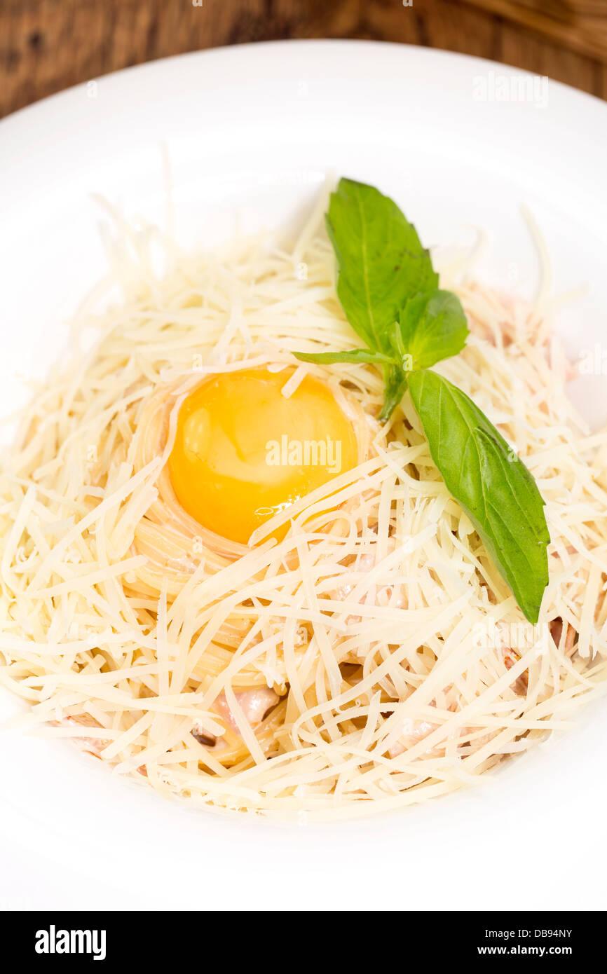 Spaghetti mit Ei auf einem Tisch in einem restaurant Stockfoto