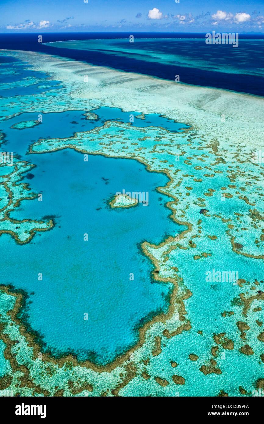 """Luftaufnahme des """"Heart Reef"""", eine herzförmige Korallenformationen im Hardys Reef. Great Barrier Stockbild"""