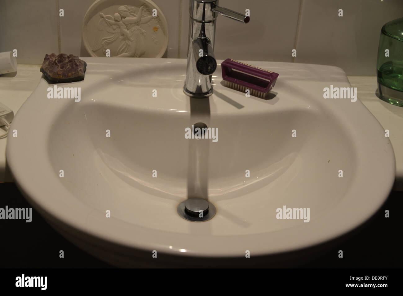 Badezimmer Waschbecken Unterschrank weiß mit silbernen Hahn Mixer ...