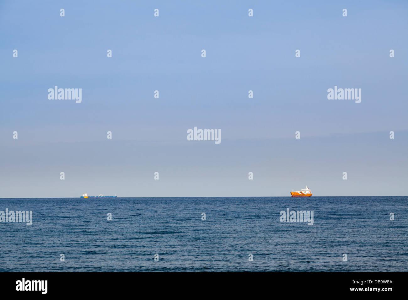 Container-Schiffe am Horizont auf dem Meer. Stockbild