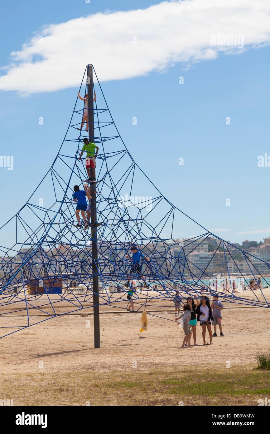Kinder spielen am Strand Klettergerüst Stockbild