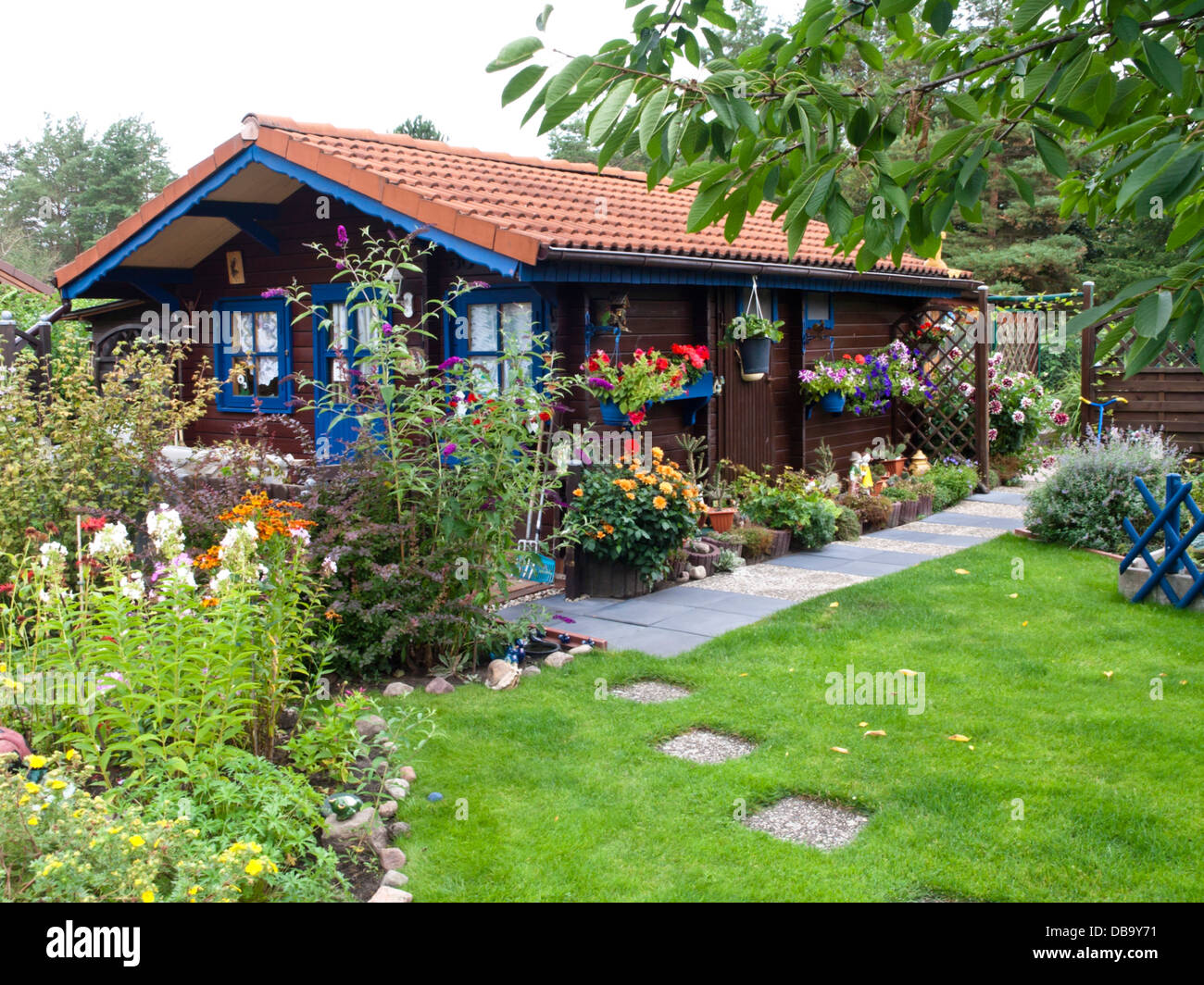 holz garten haus in einem schrebergarten stockfoto bild 58611253 alamy. Black Bedroom Furniture Sets. Home Design Ideas