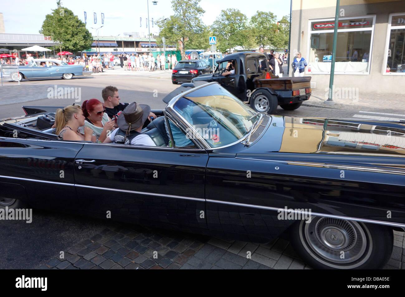 Rockabilly Style Personen fahren in einem Oldtimer auf der Straße in der Stadt Varberg, Schweden Stockbild