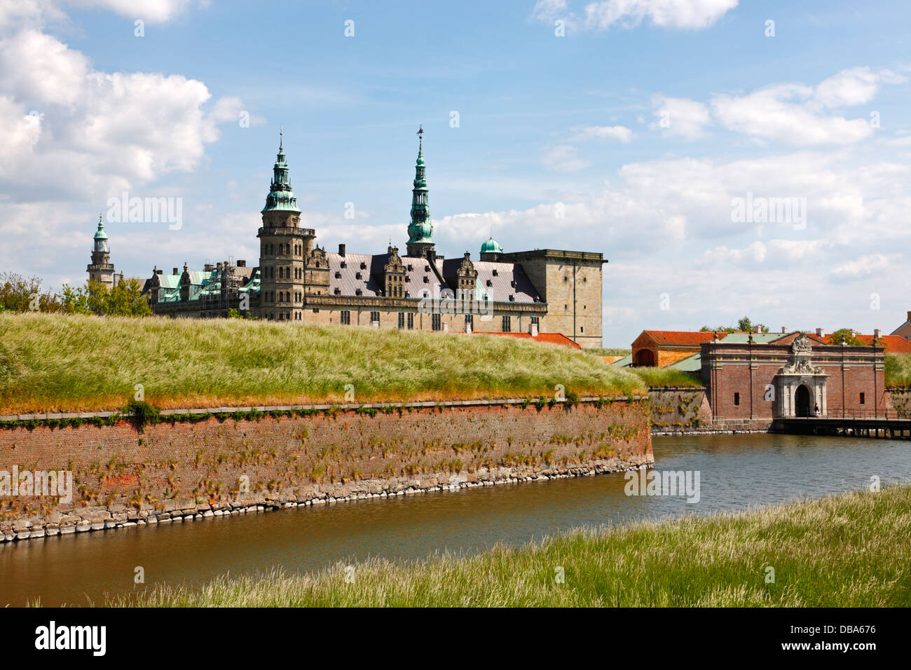 Das Renaissance Schloss Kronborg in Helsingør, Dänemark, mit dem Haupteingang und der schützenden Wassergraben im Vordergrund. Stockfoto