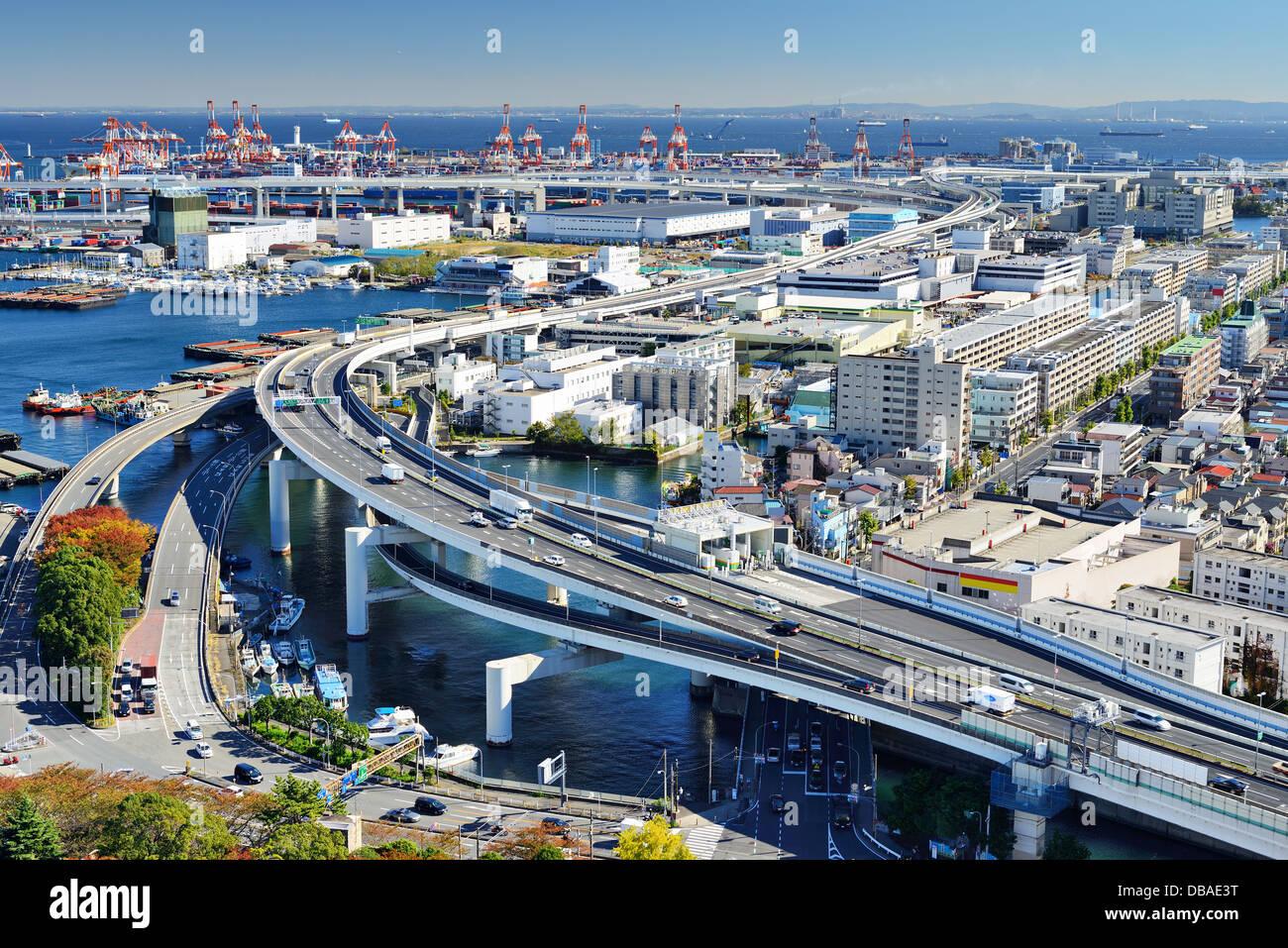 Weltstädtische Schnellstraße verläuft Häfen in der Ferne in Yokohama, Japan, die zweitgrößte Stockbild
