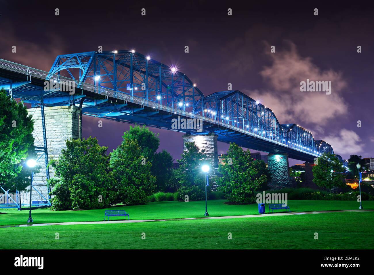 Walnut Street Bridge über Coolidge Park in Chattanooga, Tennessee. Stockbild