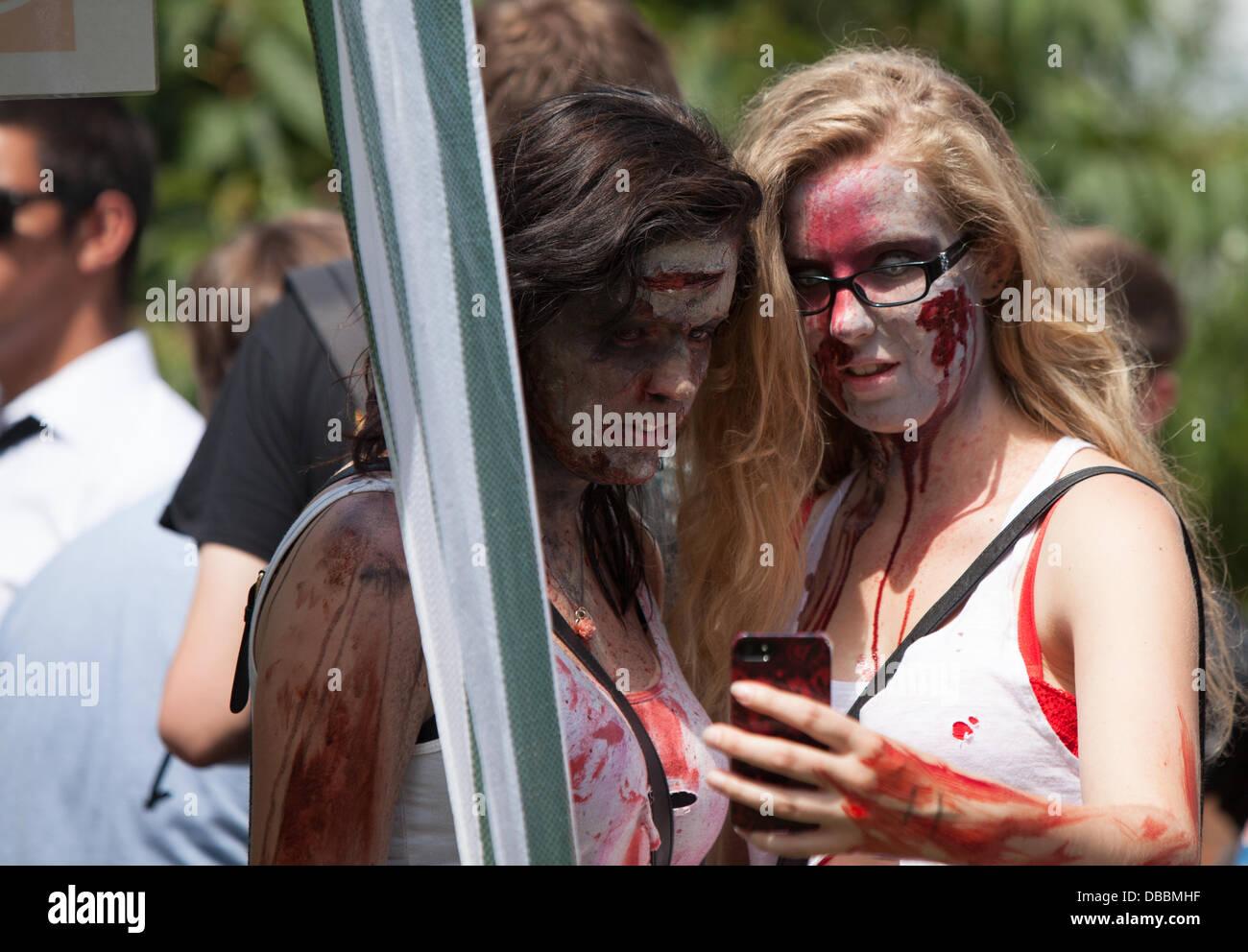 Birmingham, Vereinigtes Königreich. 27. Juli 2013. Tha jährliche Birmingham Zombie Walk nimmt Plaace in Stockbild