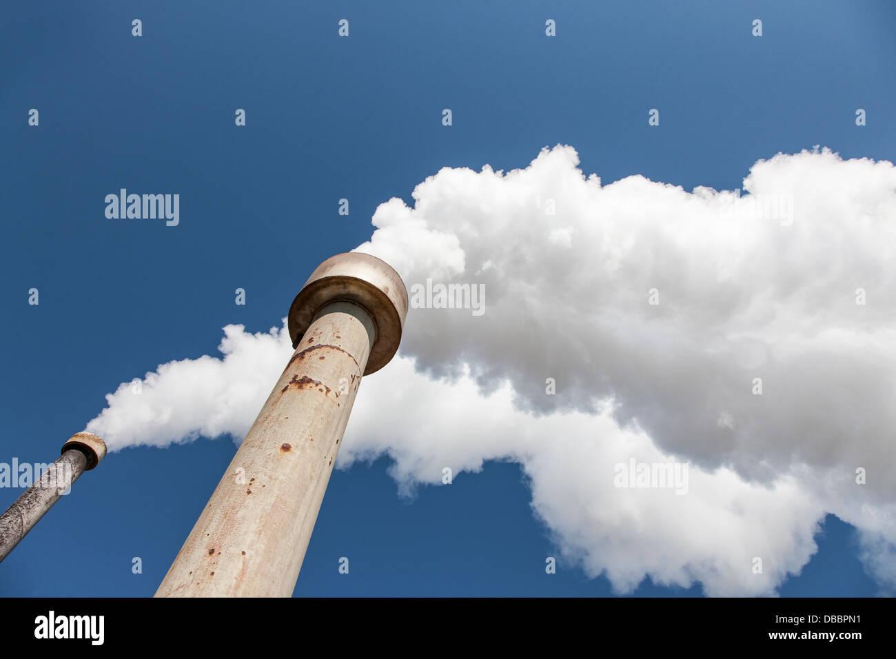 Große Menge an Rauch aus einer Fabrik Stockbild