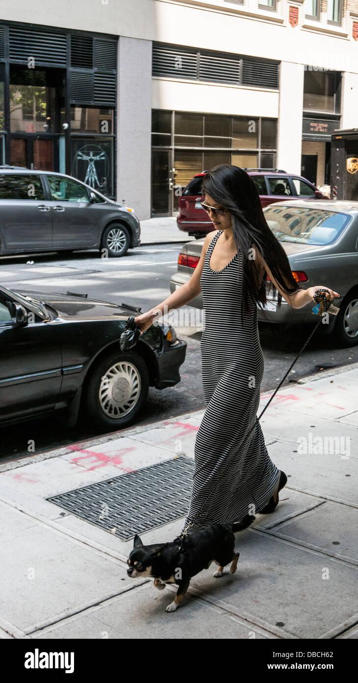 schlanke anmutige junge Asiatin in stilvollen langes Kleid ...
