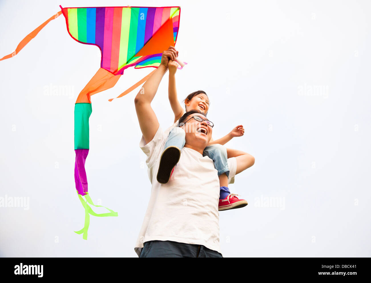glückliche Familie mit bunten Drachen Stockfoto