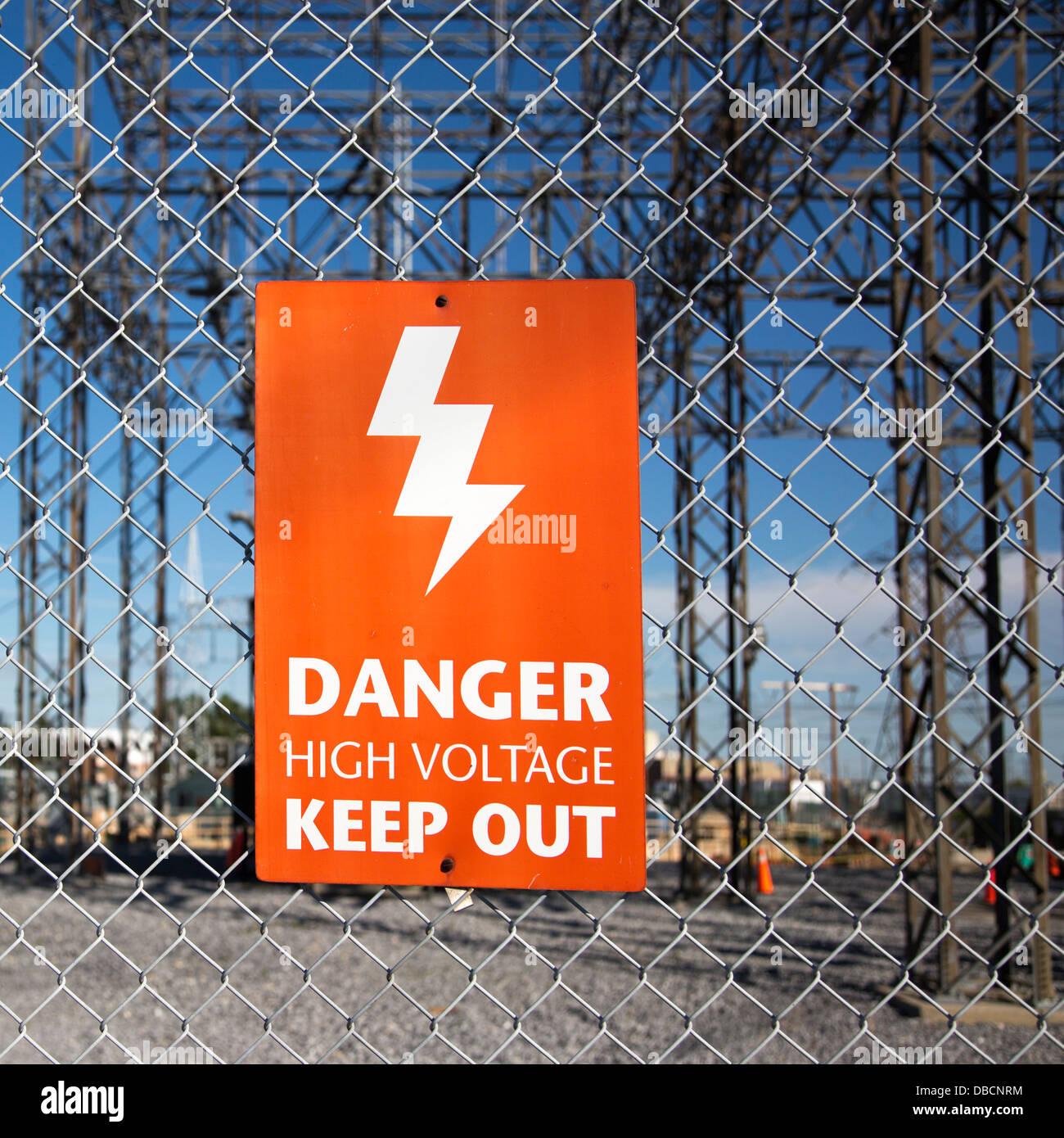 Gefahr - Unterhalt aus Schild am Zaun rund um Umspannwerk Stockbild