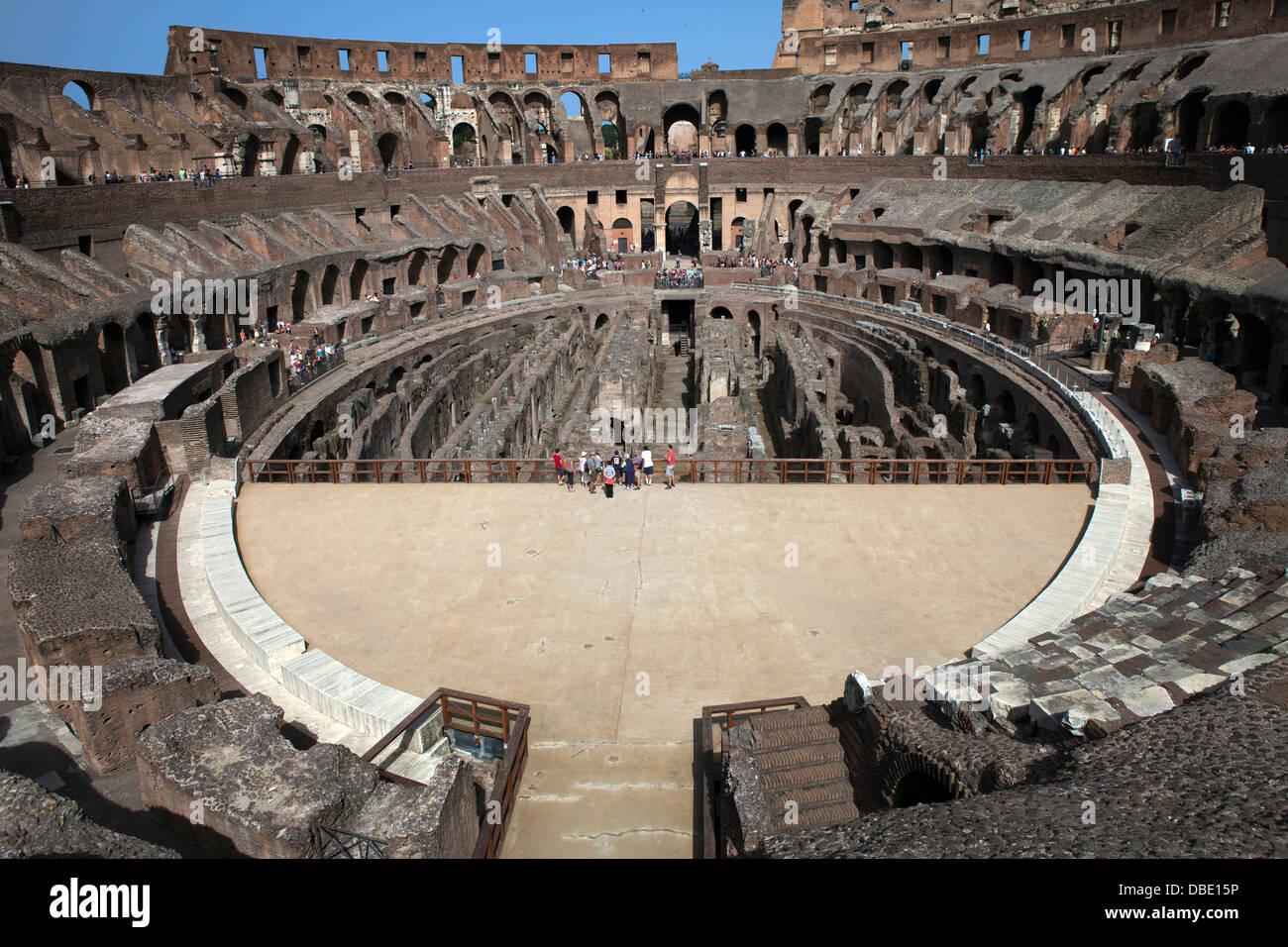 Innenansicht des Kolosseums, wo Sie den Raum durch die Arena und die unterirdischen Galerien schätzen können. Stockbild