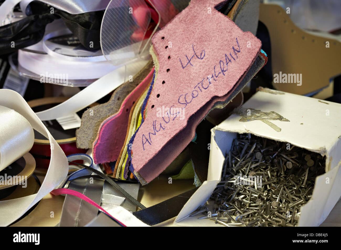 Farbfelder der Ledermuster, Band und Nägel für die Schuhherstellung ...