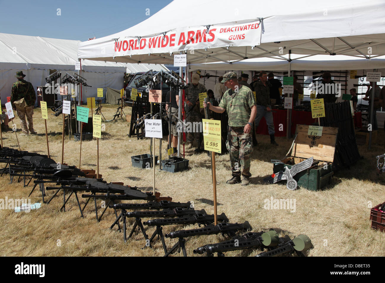 Personen an Waffen auf Militär- und Arme Fair Stockbild