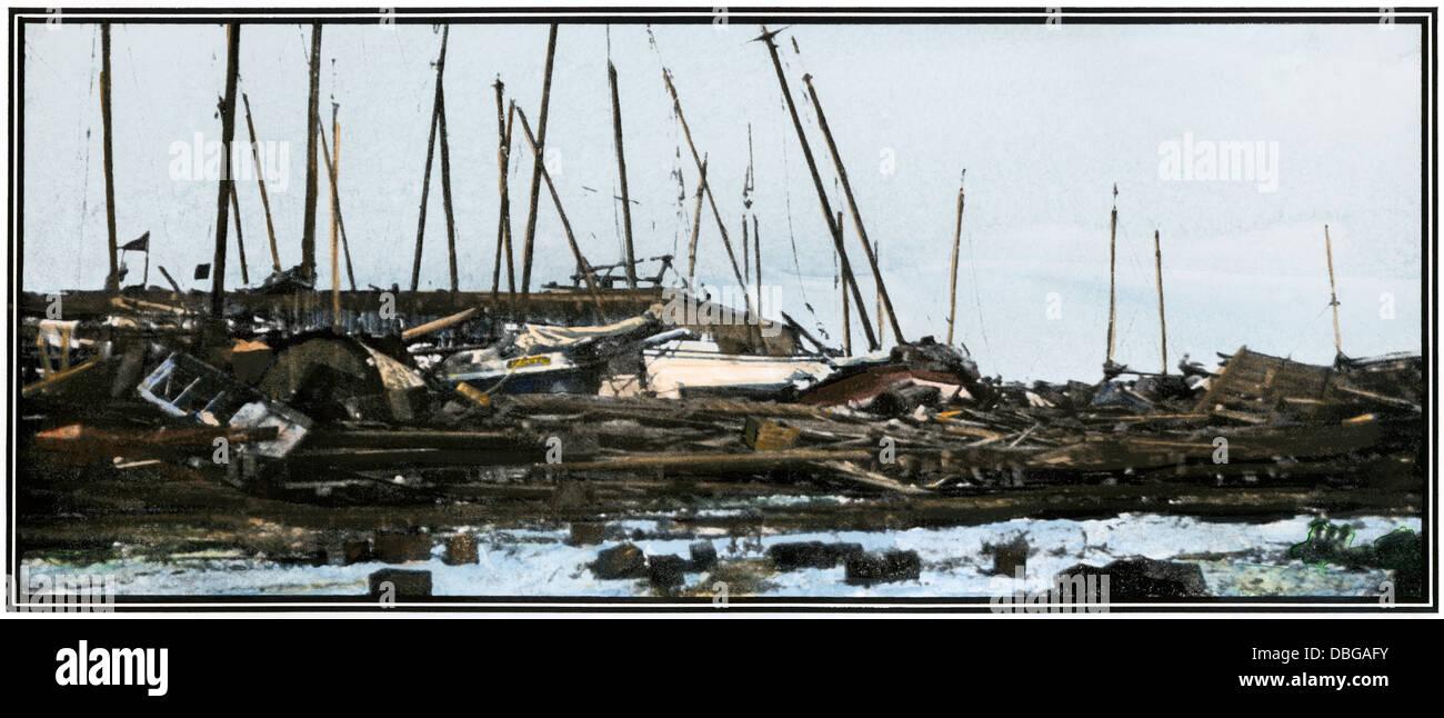 Oyster Boote stapelten sich an einem Galveston Wharf nach dem Hurrikan von 1900. Handcolorierte halftone Wiedergabe Stockbild