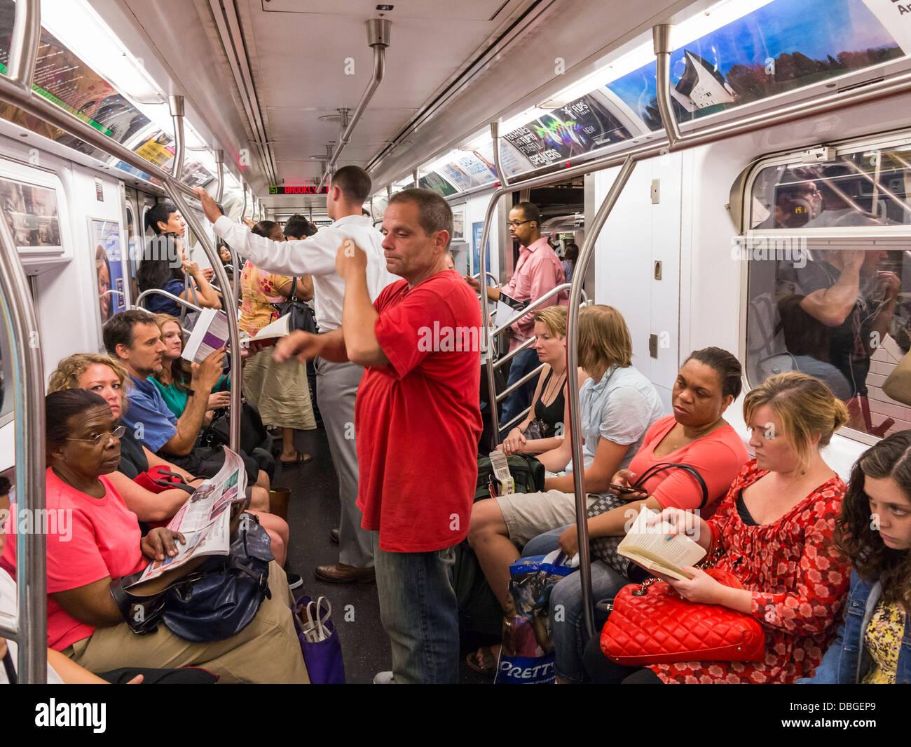 New Yorker U-Bahn-Leute auf einem Gekräht Zug auf der New York City NYC U-Bahn zur Hauptverkehrszeit. Stockbild