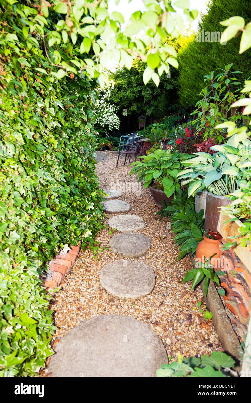 typische englische garten pflanzen blumen und gartenweg stein