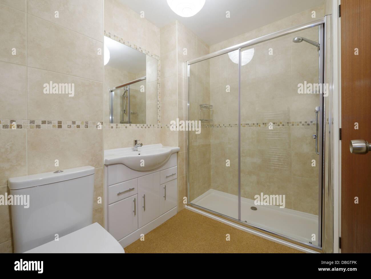 Modernes Kleines Bad Mit Toilette, Waschbecken Und Dusche