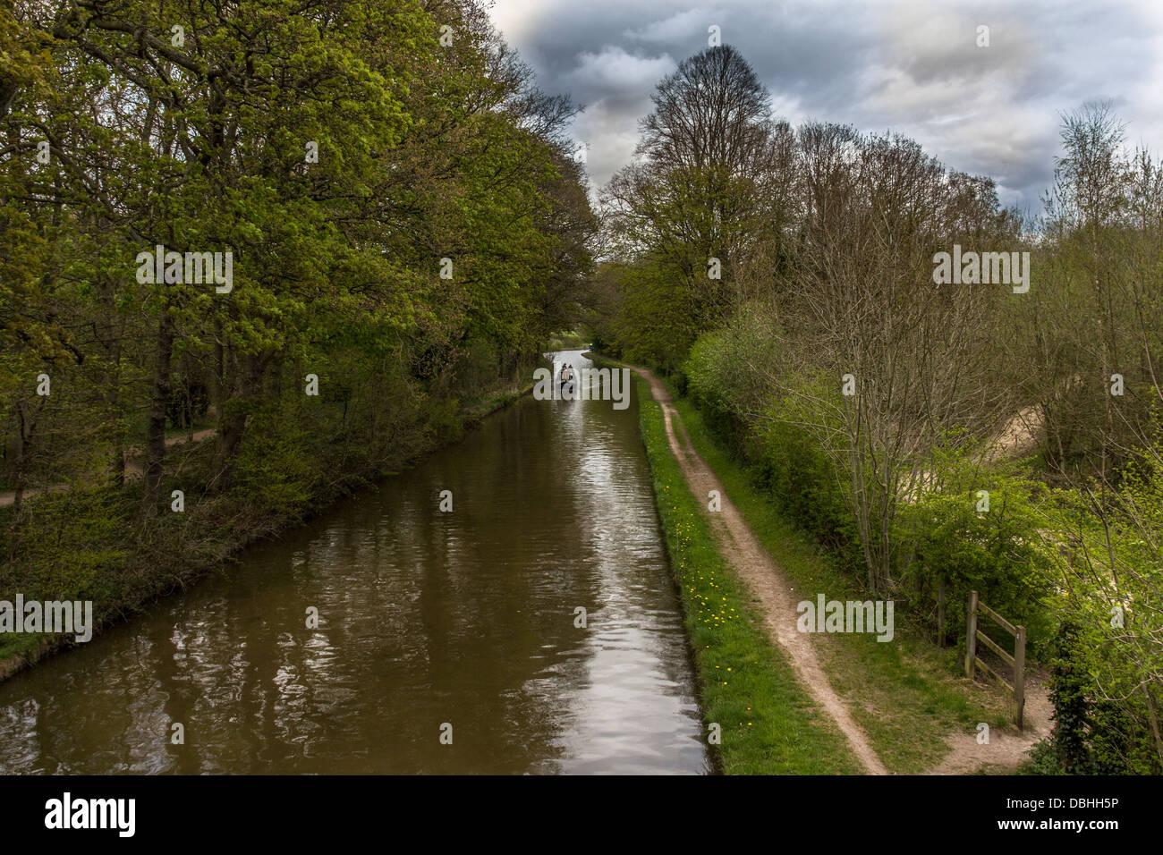 Lange Grachtenboot auf Trent und Mersey Kanal Stockfoto