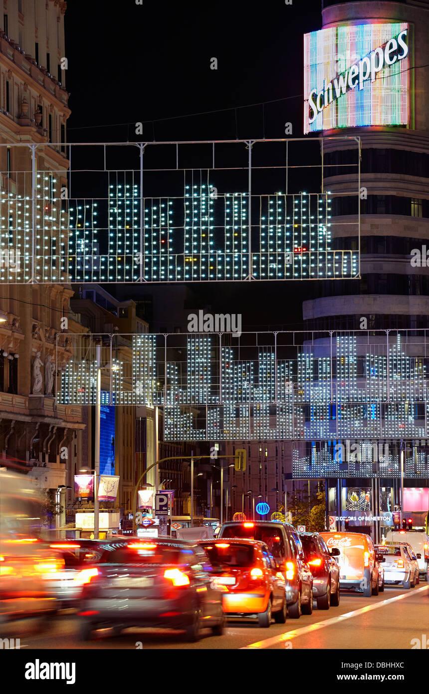 Datenverkehr am Gran via Straße mit Lichterketten zur Weihnachtszeit. Madrid. Spanien. Stockbild