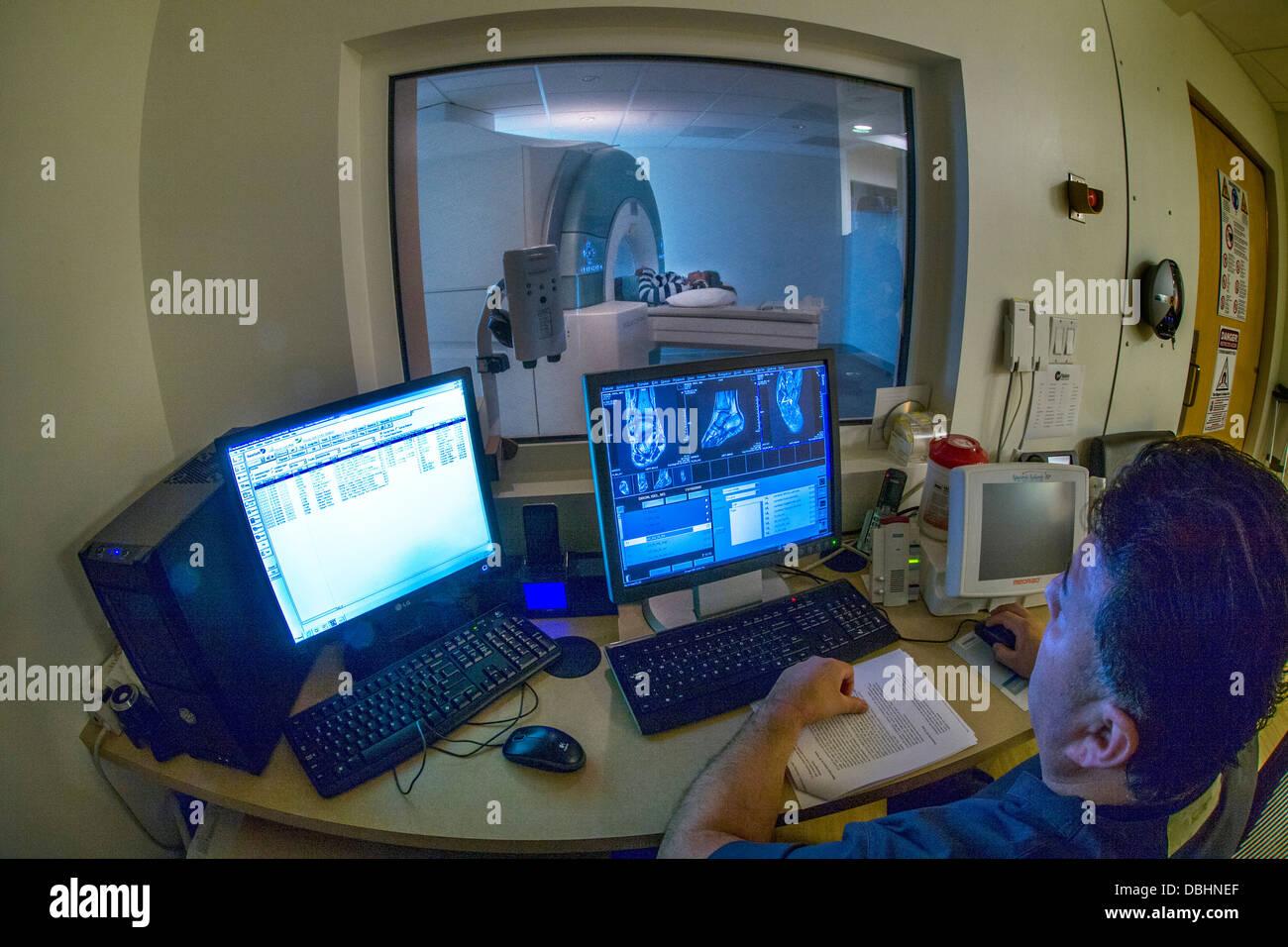 Betrachtet durch Sicherheitsglas wird Fenster Teenager Girll verletzten Knöchel mit einem Siemens 3 t Vario Stockbild