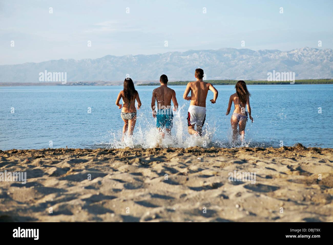 Gruppe von Menschen am Strand Stockfoto