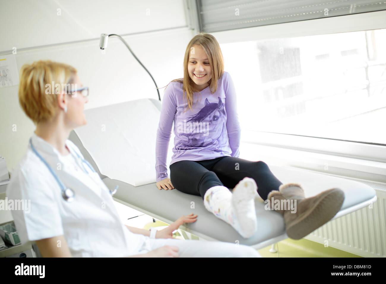 Ärztin Im Gespräch Mit Einem Mädchen Mit Bein In Gips