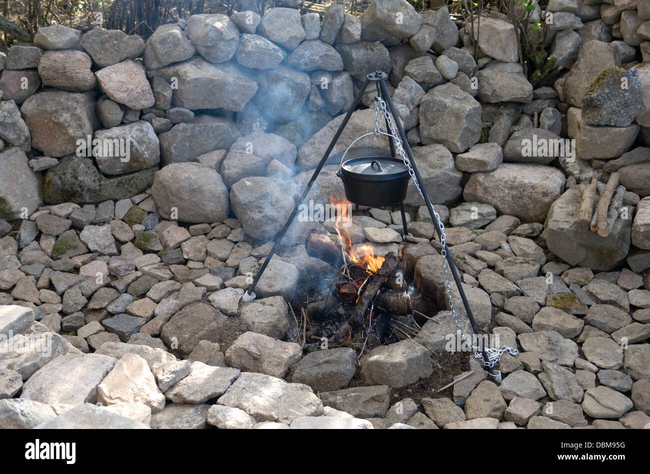Outdoor Feuerstelle Mit Stativ Und Dutch Oven Kochtopf Stockfotografie Alamy
