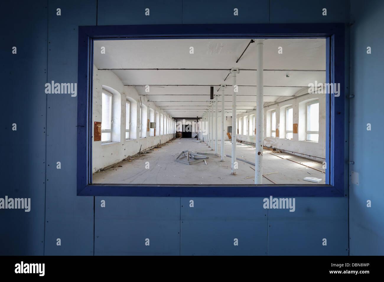 Vordergrund mit einer blauen Wand und einem Rahmen-Fenster ...