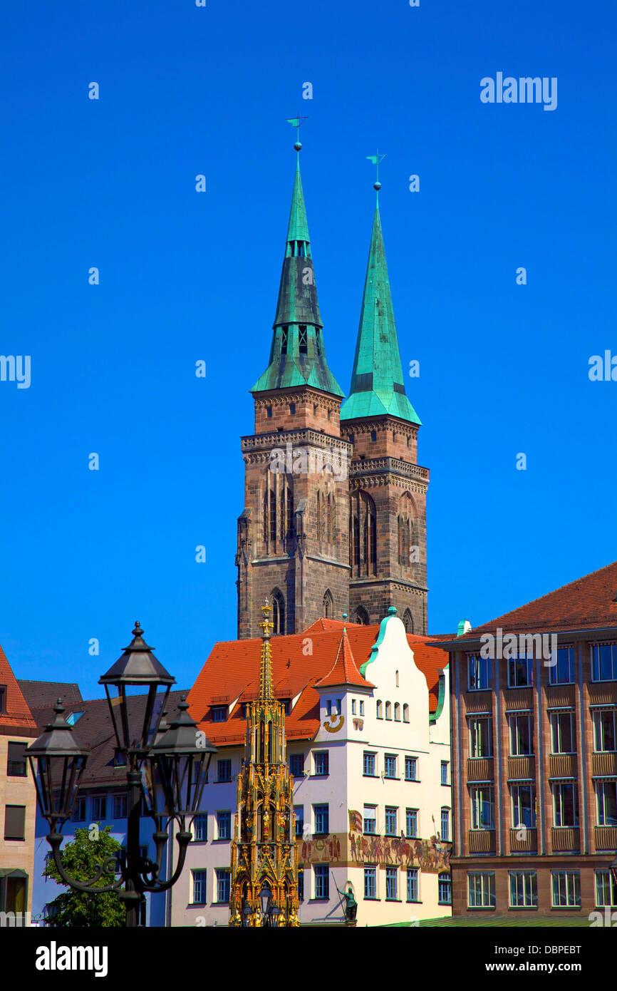 Schoener Brunnen Brunnen, Marktplatz und Kirche St. Sebaldus, Nürnberg, Bayern, Deutschland, Europa Stockbild