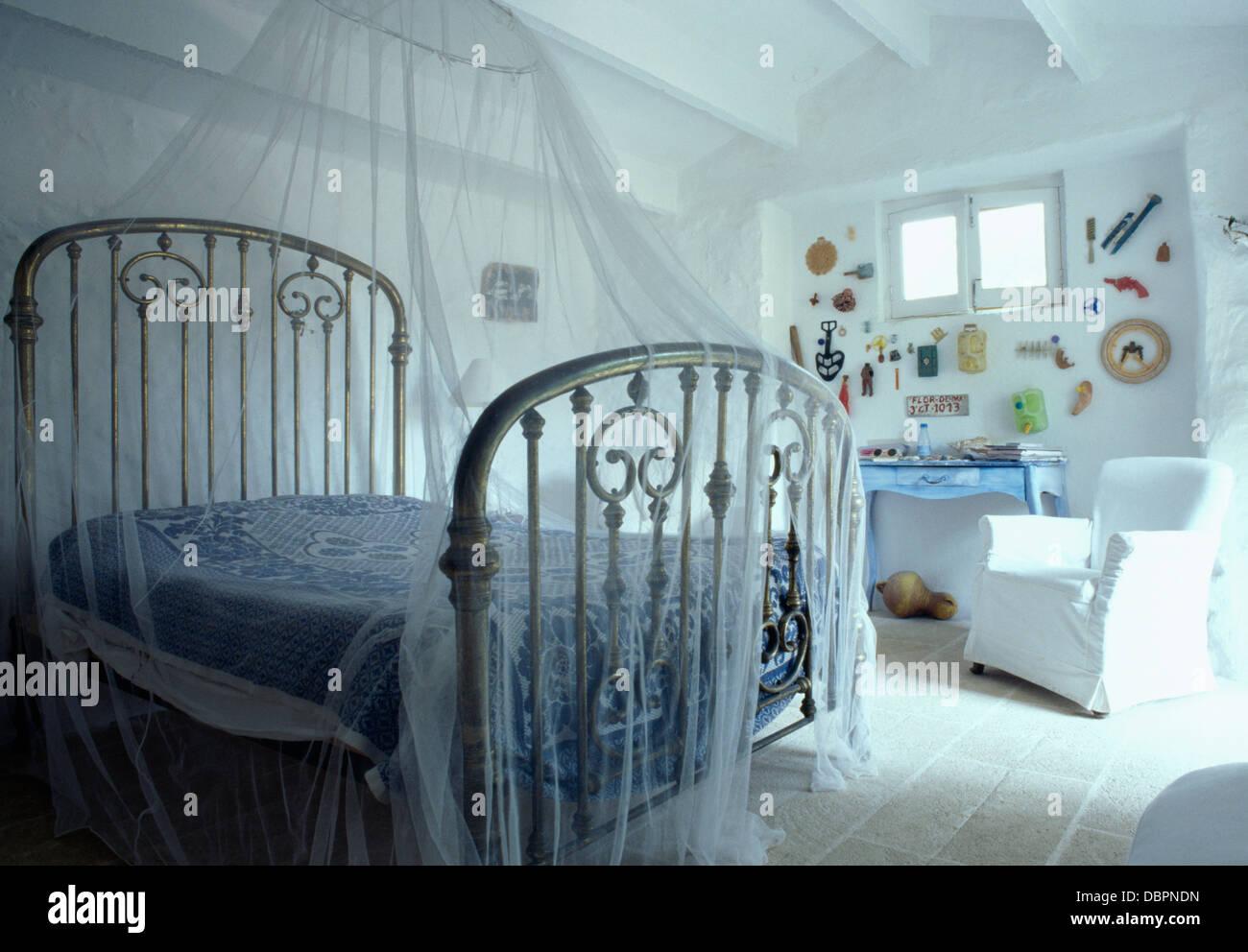 Schlafzimmer Griechisch   Weisses Moskitonetz Uber Weissen Antiken Schmiedeeisernen Bett In